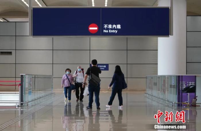 有香港居民经港珠澳大桥返回香港。记者 张炜 摄