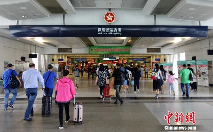 图为民众抵达香港落马洲支线管制站的资料照片。记者 张炜 摄