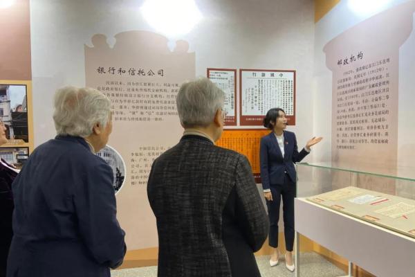 4月9日,江门五邑银信(侨批)专题展亮相中国华侨历史博物馆。图为讲解员对参观者进行讲解。刘立琨 摄