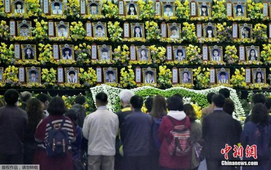 """资料图:当地时间2015年4月16日,韩国安山,""""世越号""""沉船事故一周年,民众前往纪念大厅悼念遇难者。"""