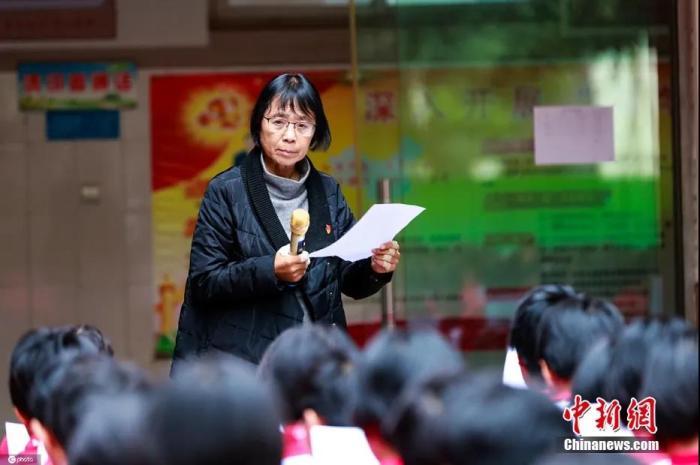 资料图:10月15日,张桂梅在华坪县女子高级中学给同学们讲话。图片来源:ICphoto