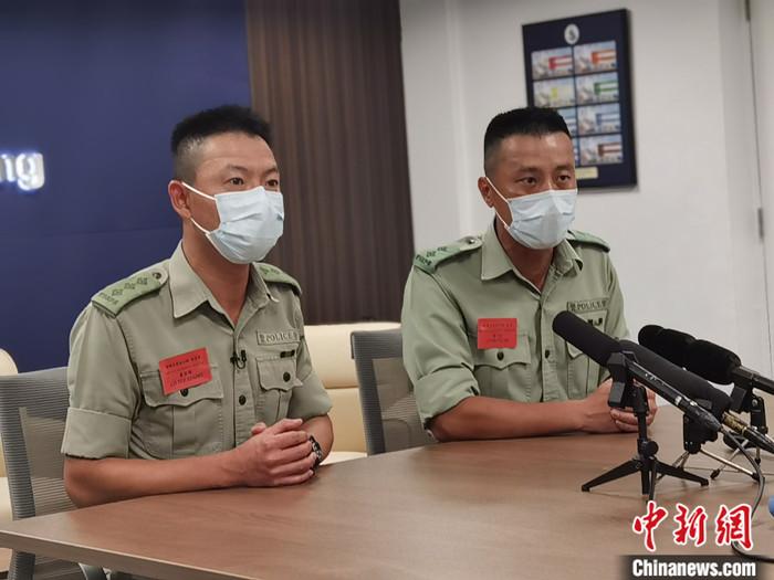 4月15日,香港五大紀律部隊的訓練學校在全民國家安全教育日的開放日活動上首次一起加入中式步操。香港警察學院操練及槍械訓練總督察盧宜頌(左)、香港警察學院操練及槍械訓練督察潘子安此前接受解放軍駐港部隊對其中式步操的培訓。他們對<a target='_blank' href='http://www.jjtx.net.cn/'>中新社</a>記者表示,中式步操的訓練標準、嚴格要求讓受訓人員得到鍛煉。 <a target='_blank' href='http://www.jjtx.net.cn/'>中新社</a>記者 索有為 攝