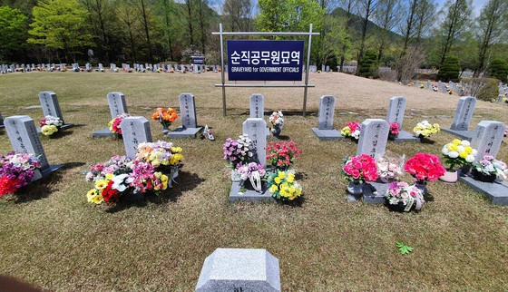 """2021年4月16日,韩国""""世越号""""沉船事故迎来7周年纪念日。图为4月13日下午,国立大田显忠院遇难教师墓前摆放着追悼故人的花篮等。(图片来源:韩国《中央日报》)"""