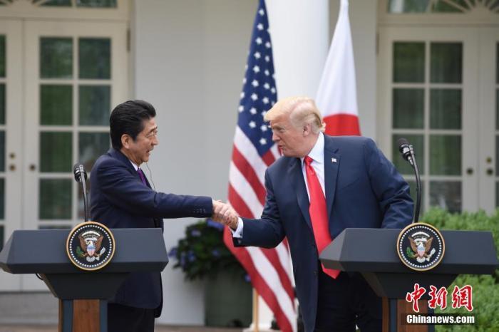 資料圖:美國前總統特朗普(右)在白宮會見日本前首相安倍晉三。<a target='_blank' href='http://www.woodcuttr.com/'>中新社</a>記者 刁海洋 攝