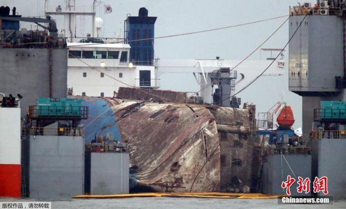 """资料图:当地时间2017年3月25日,韩国珍岛,""""世越号""""打捞现场。"""
