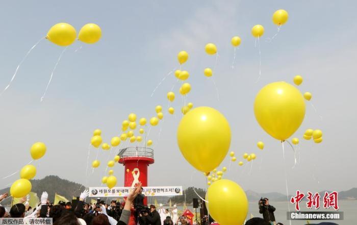 """资料图:当地时间2017年3月28日,韩国珍岛,民众悼念""""世越号""""遇难者。"""