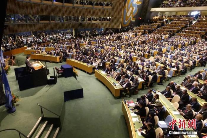 资料图:当地时间2016年4月22日,全球应对气候变化新协议《巴黎协定》高级别签署仪式在纽约联合国总部举行,当天至少有175个国家的代表在《巴黎协定》上签字。<a target='_blank' href='http://www.chinanews.com/'>中新社</a>记者 廖攀 摄