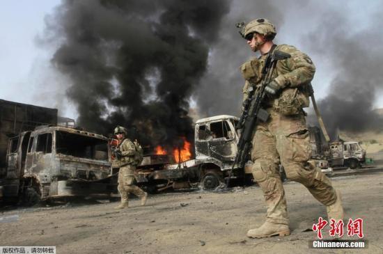 資料圖:北約軍隊補給車在阿富汗遭遇襲擊。