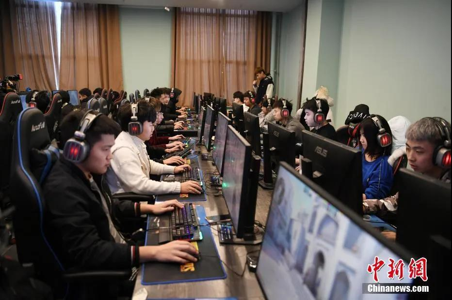 资料图:一职业学院电竞教育中心内,学生在课堂上练习当下热门的电竞游戏。<a target='_blank' href='http://www.chinanews.com/'>中新社</a>记者 张瑶 摄