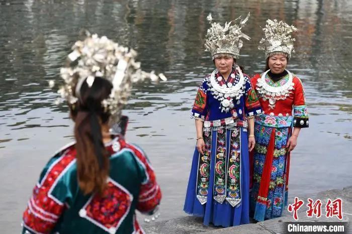 资料图:游人身着苗族服饰拍照留念。 杨华峰 摄