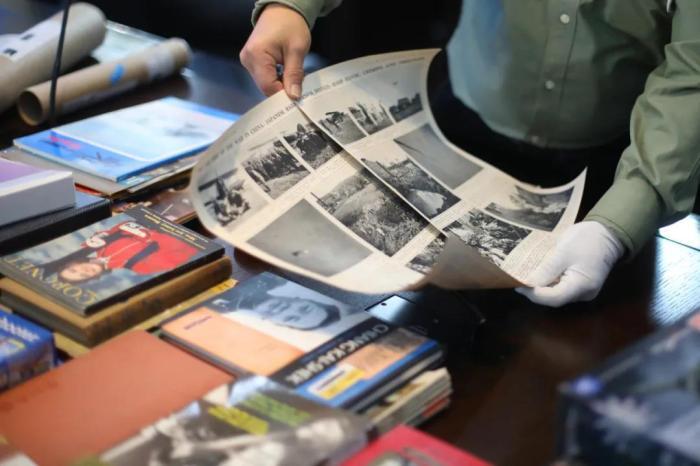 资料图:2018年12月14日,抗日航空英烈女空乘员鲁美音的亲属、美籍华人鲁照宁先生向南京抗日航空烈士纪念馆无偿捐赠一批珍贵的抗战文史资料,包括中缅印战区飞行员服装,美国飞虎队员撰写的书籍,二战时期飞机P-26、P40档案等。<a target='_blank' href='http://www.chinanews.com/'>中新社</a>记者 泱波 摄