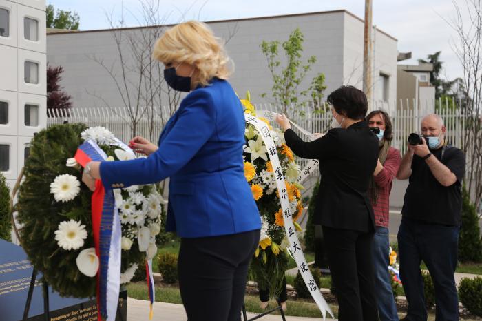 当地时间5月7日,中国驻塞尔维亚使馆举行中国驻南联盟使馆遭遇轰炸22周年纪念活动。来源:中国驻塞尔维亚使馆网站