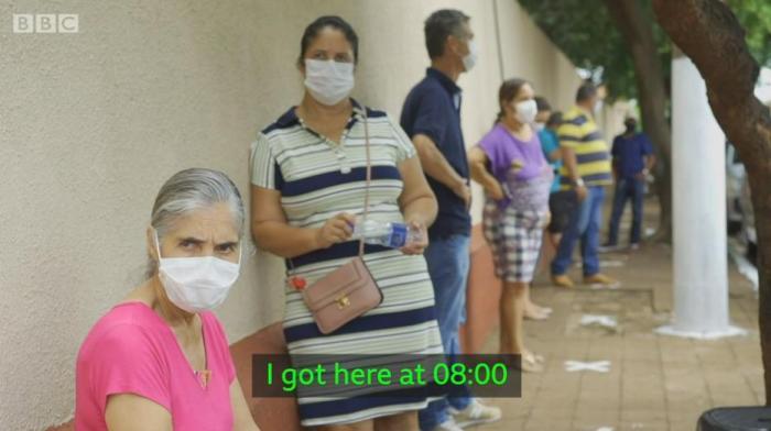 """据英国广播公司(BBC),在""""S计划""""推出后的当周,一名当地居民说,她甚至在早上8点就到达了疫苗接种地点,排队等待。图片来源:BBC新闻视频截图。"""