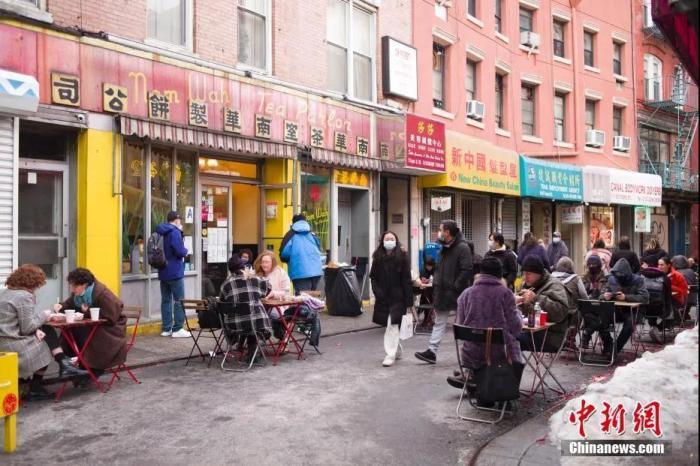 资料图:当地时间2021年2月14日农历大年初三,美国纽约市民在唐人街一家老餐厅用餐,感受中国年味。 <a target='_blank'  data-cke-saved-href='http://www.chinanews.com/' href='http://www.chinanews.com/'>中新社</a>记者 廖攀 摄