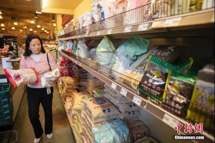 资料图:市民在旧金山湾区福斯特城一家华人超市里购买大米。<a target='_blank'  data-cke-saved-href='http://www.chinanews.com/' href='http://www.chinanews.com/'>中新社</a>记者 刘关关 摄