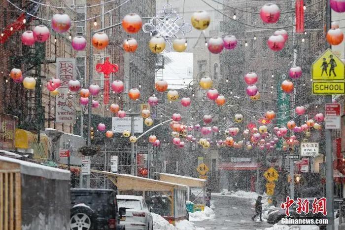 资料图:当地时间2021年2月7日,美国纽约连日降雪,曼哈顿中国城白雪皑皑。 <a target='_blank'  data-cke-saved-href='http://www.chinanews.com/' href='http://www.chinanews.com/'>中新社</a>记者 廖攀 摄