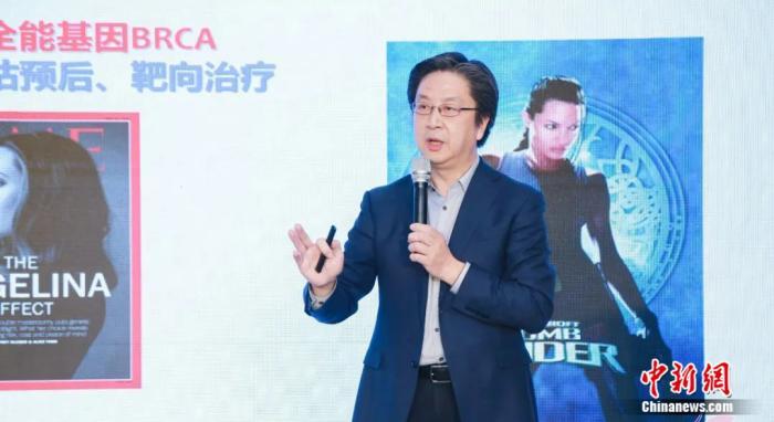 发布会现场,中国临床肿瘤学会副理事长兼秘书长、CSCO乳腺癌专家委员会主任委员江泽飞做介绍 供图