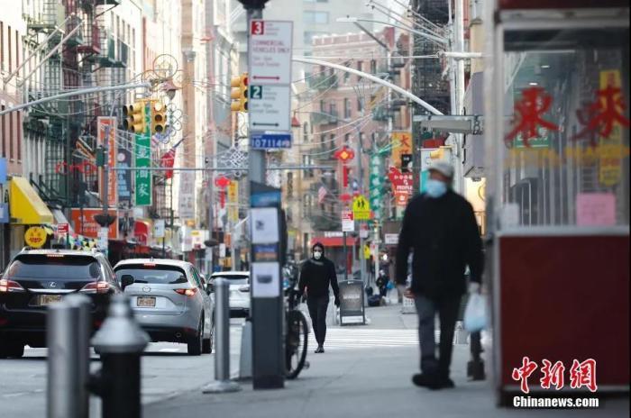 资料图:行人行走在纽约曼哈顿唐人街。 <a target='_blank'  data-cke-saved-href='http://www.chinanews.com/' href='http://www.chinanews.com/'>中新社</a>记者 廖攀 摄
