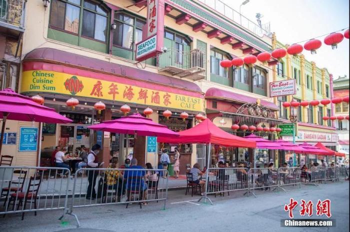 资料图:顾客在美国旧金山唐人街街头用餐。 <a target='_blank'  data-cke-saved-href='http://www.chinanews.com/' href='http://www.chinanews.com/'>中新社</a>记者 刘关关 摄