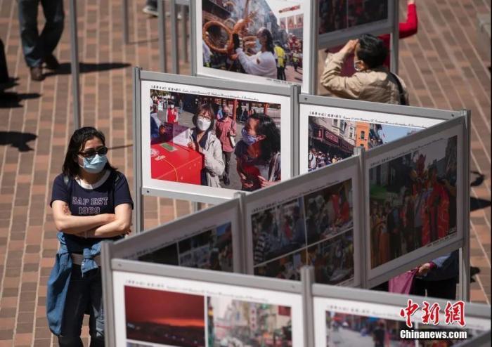 """资料图:当地时间2021年5月8日,美国旧金山多个华人社团联合举办的""""《华埠日记》疫境·前行""""公益摄影展在唐人街花园角广场开幕。 <a target='_blank'  data-cke-saved-href='http://www.chinanews.com/' href='http://www.chinanews.com/'>中新社</a>记者 刘关关 摄"""