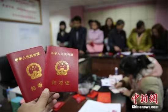 资料图:民政局挤满前来领证的新人。兰自涛 摄