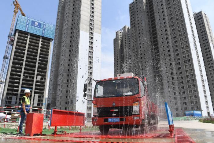 ↑在甘肃省兰州市中建三局一处建设工地上,感应式的洗车台利用循环再生水冲洗车辆,并对污水再次回收利用(5月12日摄)。