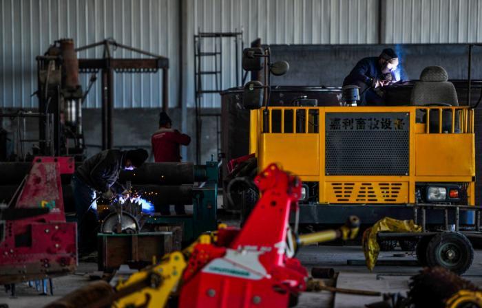 ↑2020年3月10日,工人在内蒙古嘉利节水灌溉有限公司厂房内加工零件。