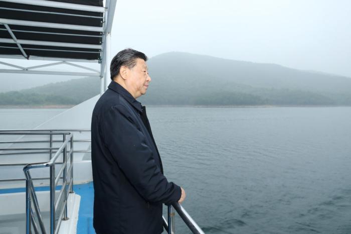 ↑5月13日下午,习近平在南阳市淅川县乘船考察丹江口水库。