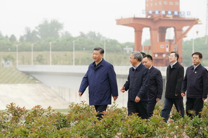 ↑5月13日下午,习近平在南阳市淅川县陶岔渠首枢纽工程考察。