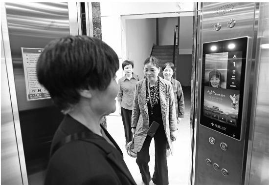 刷脸坐电梯