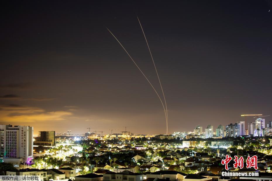"""图三:以色列""""铁穹""""防空系统拦截从加沙地带向以色列阿什凯隆发射的火箭弹。"""