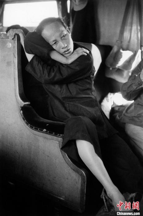"""馬克·呂布發表的第一張中國攝影作品是他在1957年入境中國內地、乘坐香港到廣州的列車上拍攝的。他當時的拍攝對象是在列車車廂里的一位普通女子。馬克·呂布在多年后回憶說,他當時很害羞,也不認識什么中國人,但急切地想拍些照片,他仍記得這位女士樣貌""""體面端莊""""?!?<a target='_blank' >中新社</a>發 © Fonds Marc Riboud au MNAAG供圖"""