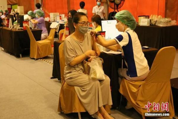 资料图:5月12日,泰国医护〗人员在为民众接种疫苗。(王国安 摄)