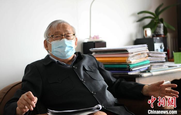 图为当地时间5月24日,沈大力在巴黎接受采访。  中新社记者 李洋 摄
