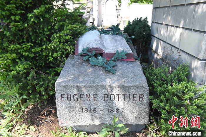 图为当地时间5月27日,位于拉雪兹墓地的《国际歌》作者欧仁·鲍狄埃墓。  中新社记者 李洋 摄