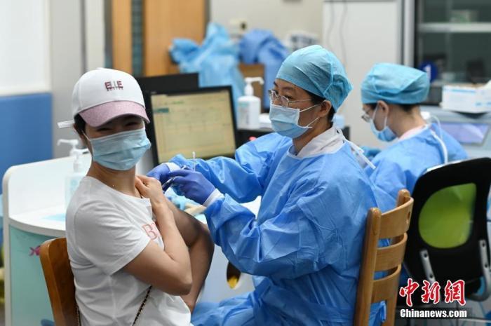 5月27日,市民在廣州市天河區石牌街道社區衛生服務中心接種疫苗。 <a target='_blank' href='http://www.apolloshop.cn/'>中新社</a>記者 陳楚紅 攝