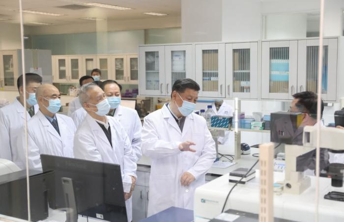 2020年3月2日,习近平在北京考察新冠肺炎防控科研攻关工作。这是习近平在军事医学研究院重大疫情应急防控药物研究室了解疫苗和抗体研制情况。