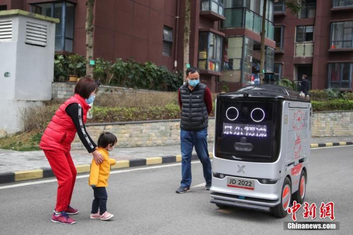 2020年2月26日,智能配送机器人在观山小区内送货,自动避让行人。<a target='_blank' href='http://www.chinanews.com/'>中新社</a>记者 瞿宏伦 摄