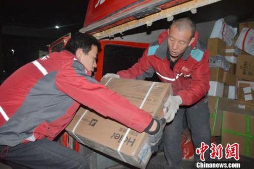 资料图:快递员正在配送货物。 郭红 摄