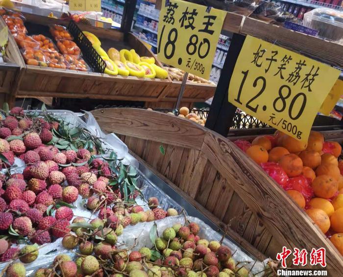 北京市西城区某超市内售卖的荔枝。 <a target='_blank' href='http://www.chinanews.com/' >中新网</a>记者 谢艺观 摄