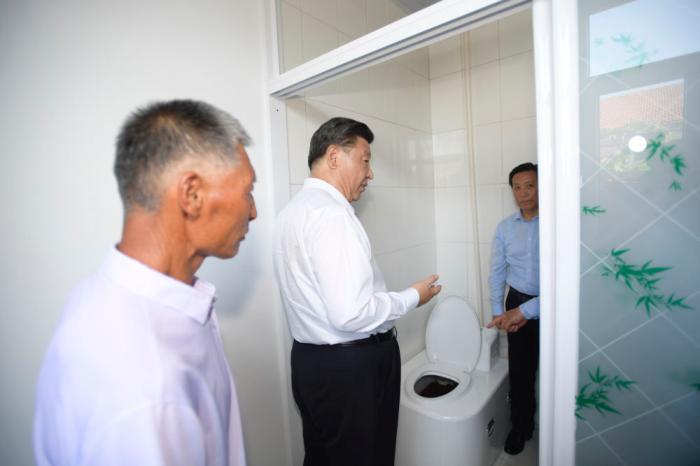 """2019年7月15日至16日,习近平在内蒙古考察并指导开展""""不忘初心、牢记使命""""主题教育。这是7月15日,习近平在赤峰市喀喇沁旗河南街道马鞍山村了解情况。"""
