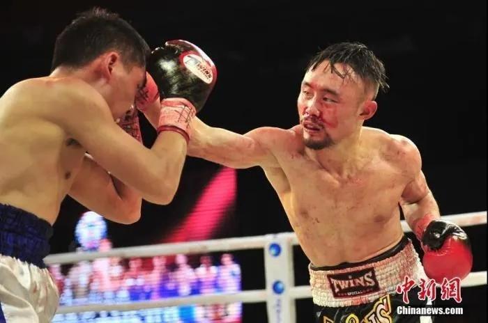 张方勇(右)在比赛中。中新社记者 刘冉阳 摄