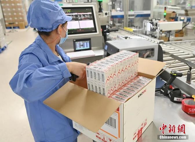 图为北京时间6月1日,位于北京市大兴区的北京科兴中维生物技术有限公司内,工人在新冠灭活疫苗包装生产线上进行开箱登记扫描作业。中新社记者 侯宇 摄