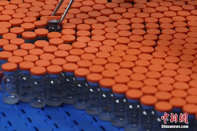 5月11日,北京大兴,北京科兴中维生物技术有限公司生产线上的疫苗。中新社记者 蒋启明 摄