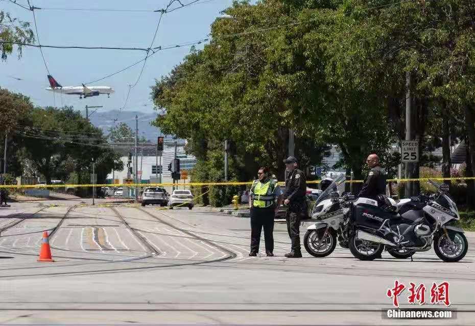 当地时间5月26日,美国加州圣何塞市圣克拉拉谷交通管理局一轻轨设施内发生枪击事件,造成至少8人死亡、1人受伤。图为警方在案发现场附近警戒。中新社记者 刘关关 摄