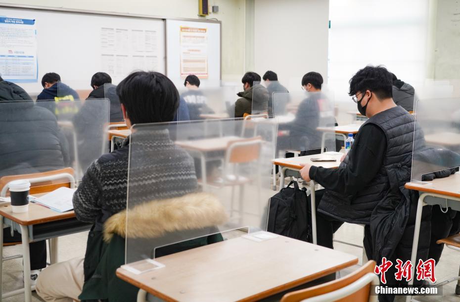 资料图:当地时间2020年12月3日,延迟近一个月的韩国高考举行。图为在首尔某考点内,考桌上设有隔板。 <a target='_blank' href='http://www.chinanews.com/'>中新社</a>发 首尔市教育厅 供图
