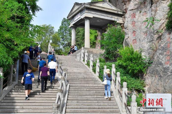 图为6月7日,陕西西安,游客在西安事变发生地五间厅参观兵谏亭。 中新社记者 田雨昊 摄