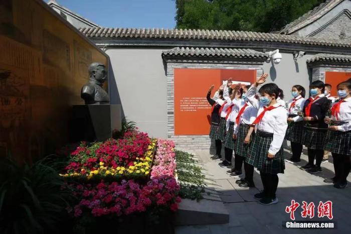 2021年6月1日,学生在北京李大钊故居,向李大钊雕像献花、敬礼。当日,中国共产党早期北京革命活动旧址正式面向社会公众开放。<a target='_blank' href='http://www.chinanews.com/'>中新社</a>记者 富田 摄