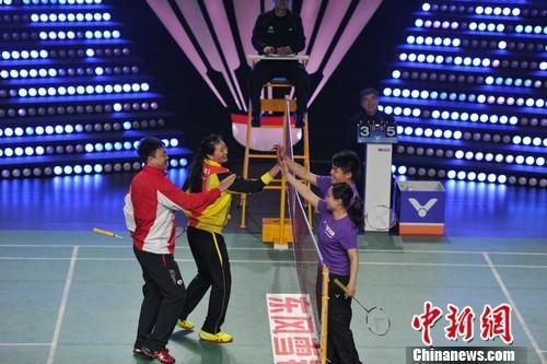 张宁、董炯与羽毛球爱好者互动