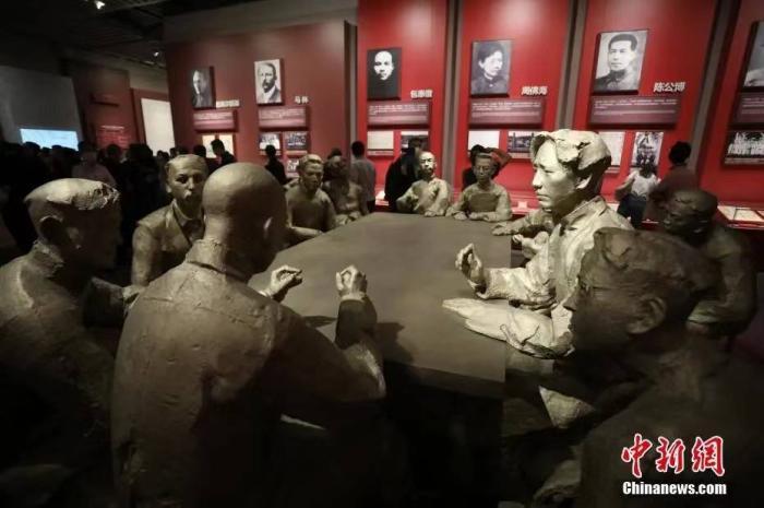 2021年6月3日,位于上海的中国共产党第一次全国代表大会纪念馆全新开放。图为铜像雕塑再现了当年一大会议的情景。  <a target='_blank' href='http://www.chinanews.com/'>中新社</a>记者 张亨伟 摄